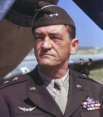 Tướng Chennault đứng trước một Flying Tiger