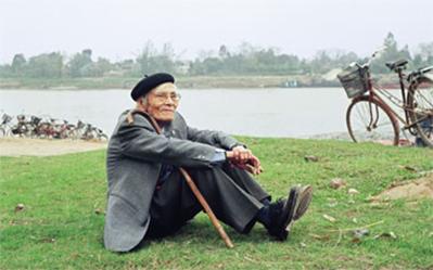 Thi sĩ Hoàng Cầm bên bờ sông Đuống