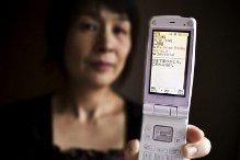 Bà Hideko Shimamura với cái điện thoại để nói chuyện với chồng