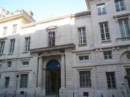 Trường Cầu Cống của Pháp. Ông Hoàng Xuân Hãn được trường đặt tên cho một cao ốc của trường