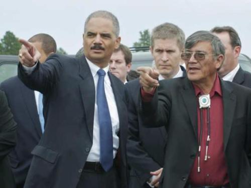 Ông John Yellow Steele và ông Eric Holder