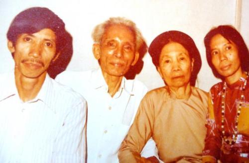 Người con trưởng Nguyễn đình Nghi, cũng là một đạo diễn,  với bố mẹ và em gái Nguyễn thị Tâm