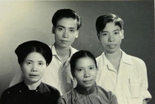 Bà Thế Lữ với 3 người con Nguyễn Thế Tùng, Nguyễn Thị Tâm, Nguyễn Thế Học. Con trai lớn Nguyễn đình Nghi theo bố đi kháng chiến